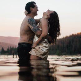 Sesso in pieno giorno sul molo, amanti denunciati sul lago Sirio