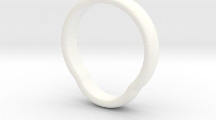 Prima notte di nozze: anello incastrato nel pene di lui durante un gioco erotico
