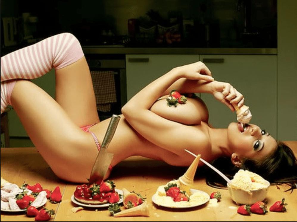 una bella ragazza nuda pronta da mangiare