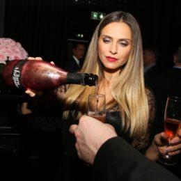 Champagne in Francia: guarda le foto della pornostar che hanno fatto scandalo