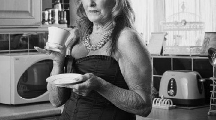 Granny escort: un programma dall'Inghilterra e una nuova moda subito esplosa