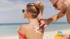 i segreti per rimorchiare al mare – spalmare la crema solare