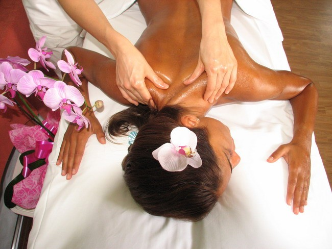 massaggio schiena donna massaggiatore massaggi relax