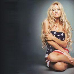 """Pamela Anderson si scaglia contro il porno: """"fate l'amore e guardate meno filmetti!"""""""