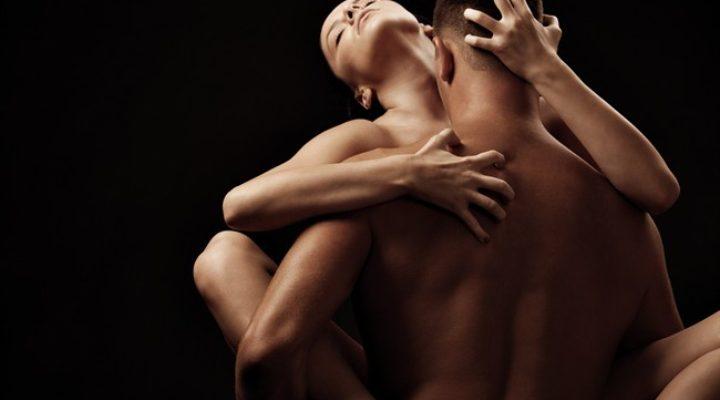 Nuove posizioni erotiche per divertirsi a letto: il kamasutra italiano